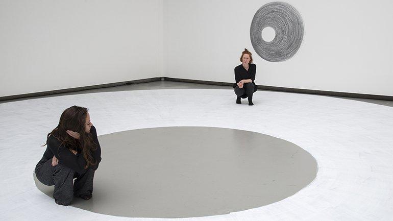 Las mujeres artistas apenas se cuelan en el programa estival de los principales museos
